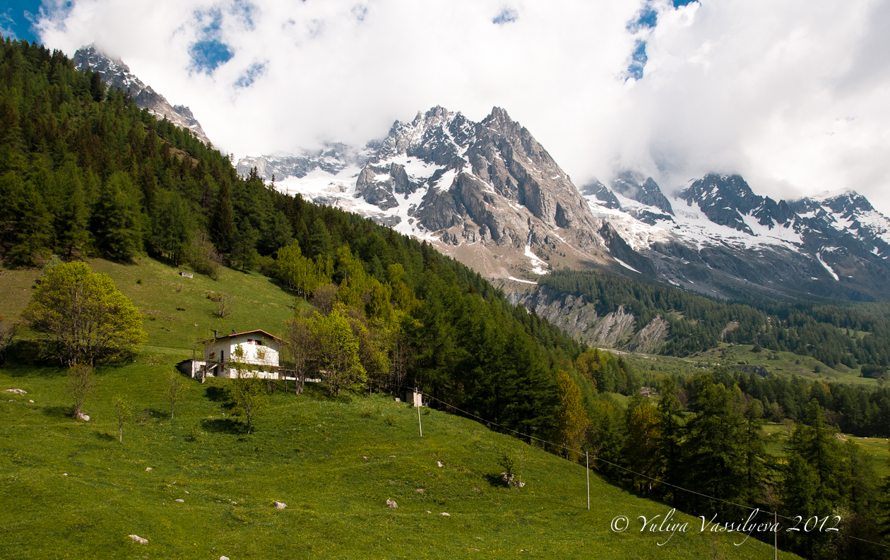 Val d'Aosta, sulla salita da Courmayeur verso il Monte Bianco