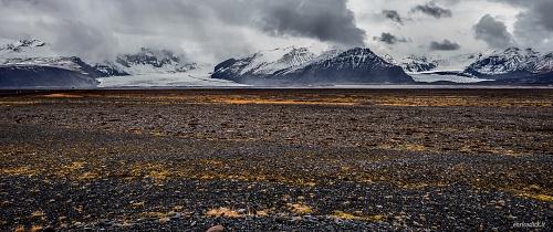 Sullo sfondo si vedono le due lingue di ghiaccio del più grande ghiacciaio d'Europa il Vatnajokull  - (In the background you can see the two tongues of Europe's largest glacier Vatnajokull)