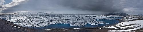 Jokulsarlon - panoramica sulla baia glaciale - Islanda 2015 - Gli iceberg si staccano dal ghiacciaio e cadono dentro questa baia glaciale che è in comunicazione con l'oceano attraverso uno stretto canale, proprio da questo canale durante la bassa marea gli iceberg arrivano al mare dove a contatto con le maestose onde vengono lavati e lucidati per essere poi spinti sulla nera spiaggia